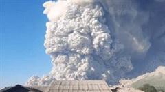Núi lửa Sinabung ở Indonesia phun trào cột tro bụi cao khoảng 5km