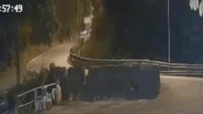 Khoảnh khắc va chạm với xe tải, container rơi xuống vực sâu 40m