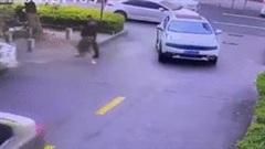 Hàng chục cư dân nâng ô tô cứu cậu bé bị cuốn vào gầm