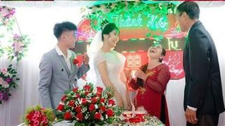 Khoảnh khắc đáng yêu: Mẹ cười như được mùa khi con trai 'ế' lâu năm lấy vợ