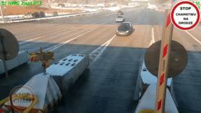 Ôtô phóng tốc độ cao, lao thẳng vào trạm thu phí