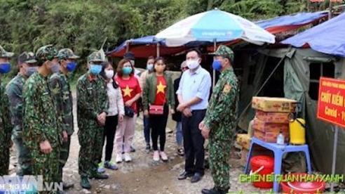 Chiến sĩ quân hàm xanh trên tuyến đầu chống dịch
