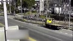 Lao vào xe cứu hộ, BMW bẹp rúm sau cú tông kinh hoàng