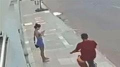 Tên cướp bị tông xe, đánh hội đồng vì giật điện thoại của cô gái trẻ đẹp