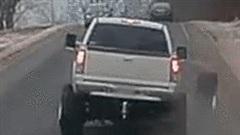 Đang chạy tốc độ cao, xe bản tải bỗng văng bánh xe ra đường
