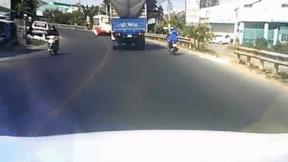 Khoảnh khắc ôm cua tốc độ cao, nam thanh niên lao thẳng vào xe tải