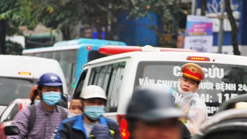 Hà Nội: Xe cấp cứu rú còi như 'gào thét' khi chỉ còn cách bệnh viện vài trăm mét, CSGT phân luồng trong vô vọng giữa đám đông tắc đường 'không lối thoát'