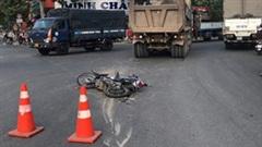 Khoảnh khắc xe ben cuốn 3 mẹ con vào gầm, bé 8 tuổi tử vong