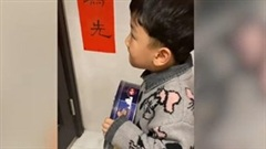 Cậu bé tặng hộp bánh để xin lỗi hàng xóm vì chạy nhảy gây ồn