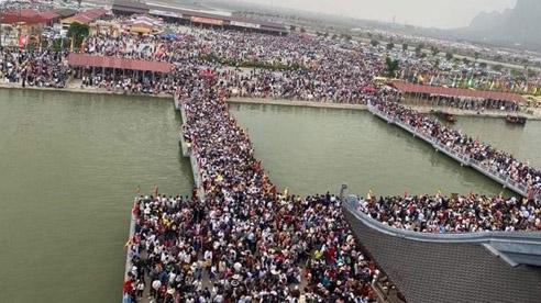 ĐỪNG LỠ ngày 15/3: Choáng với cảnh hàng vạn du khách đổ về chùa Tam Chúc giữa mùa dịch; Dùng mìn và súng giả cướp ngân hàng táo tợn ở Hà Nội