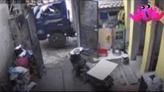 Xe tải đâm sập cổng nhà, đè bẹp xe máy trong sân