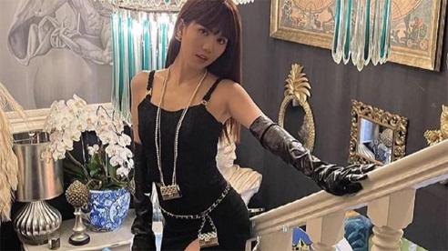 Ngọc Trinh bị chỉ trích dữ dội vì diện đầm cắt xẻ táo bạo, tạo dáng 'ưỡn ẹo' phản cảm trước tượng tôn giáo