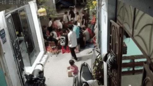 Clip: Cả ngõ tụ tập đánh bài, trẻ con chơi trò 'công an bắt cướp' khiến tất cả tá hoả, giải tán trong tích tắc