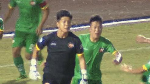 Thủ môn Việt Nam gây sốc với pha ăn mừng khiêu khích trọng tài sau khi cản phá penalty