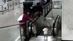 Khoảnh khắc bảo vệ nhảy lan can cứu bé trai khỏi ngã xuống thang cuốn