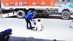 Hành động của tài xế xe máy với ông cụ gây phẫn nộ
