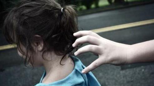 Trên đường đi học về gặp kẻ bắt cóc lao đến, bé gái 13 tuổi tự cứu mạng mình bằng chiếc ba lô trên vai