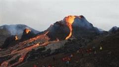 Khoảnh khắc núi lửa Iceland phun trào dung nham đỏ rực đầy mê hoặc