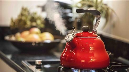Tin đồn 'nước sôi đun lại gây ung thư, nước để qua đêm có chất độc': GS thực phẩm tiết lộ chỉ số gây bất ngờ
