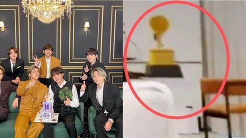 BTS bị chế giễu vì đặt bánh hình cúp Grammy dù trượt giải, fan phẫn nộ khi sự thật được phơi bày