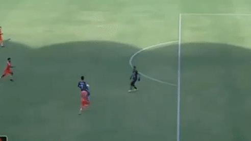 Thủ môn đạp thẳng vào bụng đối phương gây chấn động bóng đá Indonesia