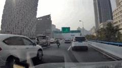 Bị bắt, tài xế rải đinh xuống đường bất chấp cảnh sát giao thông ngăn cản