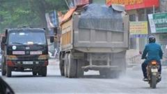 Xe tải chạy suốt ngày đêm 'băm nát' con đường ở Hà Nội
