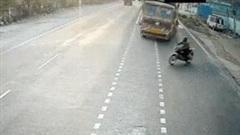 Khoảnh khắc xe máy sang đường ẩu khiến 2 xe tải đấu đầu trực diện