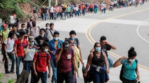 Hai trẻ di cư được thả xuống đất Mỹ qua bức tường 4m: Hệ thống nhập cư của Mỹ có vấn đề?