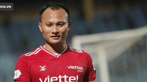 Trợ lý thầy Park lo Trọng Hoàng dính chấn thương, sốt sắng xuống sân kiểm tra