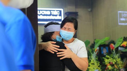 Nhói lòng những ánh mắt ngây thơ cùng nhành hoa trắng tiễn đưa nạn nhân nhỏ tuổi nhất trong vụ cháy nhà kinh hoàng trên phố Tôn Đức Thắng