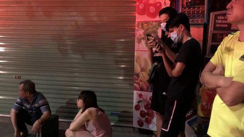 Hà Nội: Cháy lớn tại cửa hàng bán bỉm trên phố Tôn Đức Thắng, cặp vợ chồng và con nhỏ nghi mắc kẹt bên trong