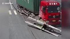 Lái xe ba gác bị bó thép đè ngang cổ sau va chạm với xe tải