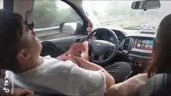 Tài xế dùng chân điều khiển ô tô, tay thì âu yếm bạn gái ngồi bên cạnh