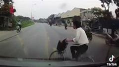 Sang đường ẩu người phụ nữ đi xe đạp bị xe ô tô húc bay