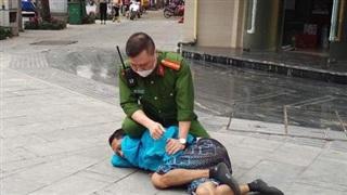 Hà Nội: Kịp thời khống chế đối tượng có biểu hiện 'ngáo đá' dùng gạch đá, chất bẩn tấn công người đi đường