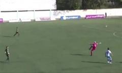 Clip hy hữu thủ môn vô lê phản lưới nhà từ giữa sân