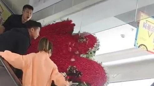 Thanh niên tặng vợ cũ trái tim làm từ 1314 bông hoa hồng nhưng giữa đường thì 'vỡ tim'