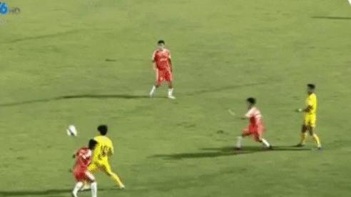 Công Phượng suýt lĩnh cú đấm từ cầu thủ Đà Nẵng, trọng tài vẫn không rút thẻ phạt