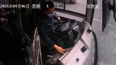 Khoảnh khắc tài xế cố gắng dừng xe buýt an toàn trước khi ngất xỉu