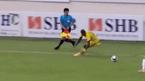 Tiền đạo HAGL giẫm lên chân cầu thủ Đà Nẵng, đối diện nguy cơ bị VFF phạt nguội