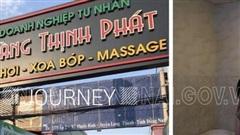 Bắt quả tang 2 cô gái khỏa thân kích dục cho quý ông trong phòng 'VIP' của tiệm massage