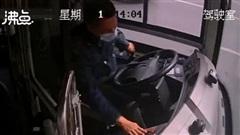 Đang lái xe bus thì gục xuống bất tỉnh, hành khách hú hồn vì được cứu mạng nhờ phản ứng của tài xế trong vài giây trước đó