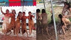 Hội chị em 'quẩy' tung bùn trong đám cưới, nhìn chiếc váy cô dâu, dân mạng than 'chắc nhà trai phát sợ'