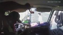 Phụ xe khách lao qua cửa kính đấm túi bụi tài xế xe tải trên cao tốc