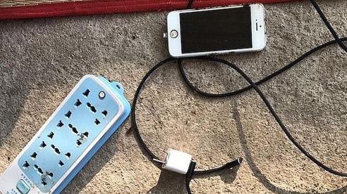 Nam sinh lớp 10 ở Nghệ An bị điện giật tử vong vì đeo tai nghe khi sạc điện thoại
