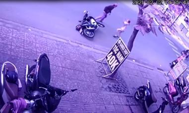 Clip cô gái dũng cảm lao ra đường chặn đầu khiến tên trộm xe bỏ chạy