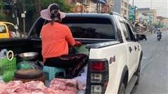 Chị tiểu thương 'cưỡi' phương tiện đặc biệt đi bán thịt khiến dân tình xôn xao, gia thế 'khủng' không phải vừa!