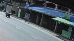 Tài xế bị dây điện hạ 'đo ván', xe máy vẫn lao băng băng trên phố