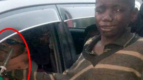Bước lại gần chiếc ô tô để xin tiền, cậu bé vô gia cư bật khóc nức nở khi thấy cảnh bên trong, cuộc đời từ đó mà thay đổi ngoạn mục